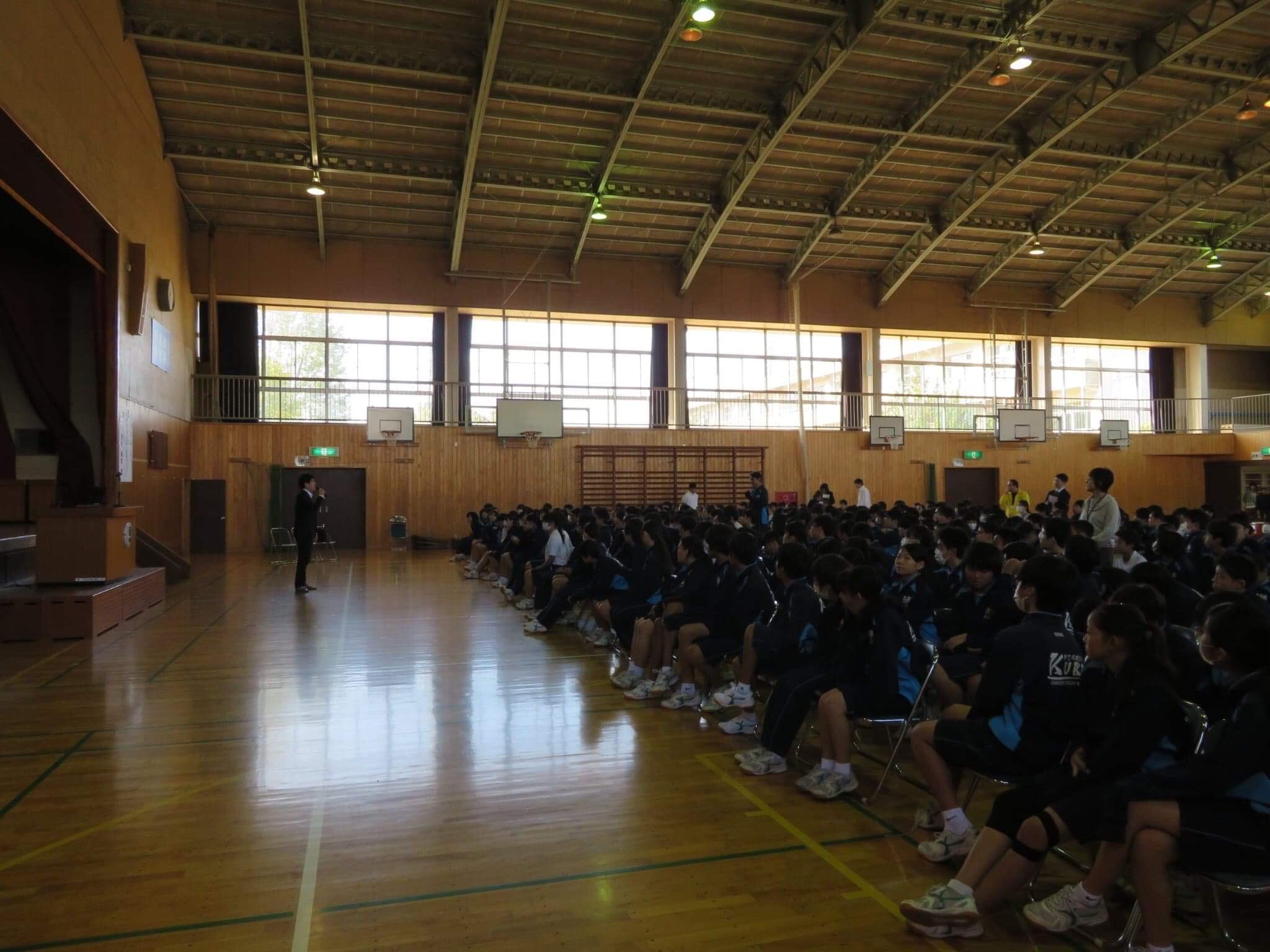 中学校500名の生徒の前で講演会を行いました。